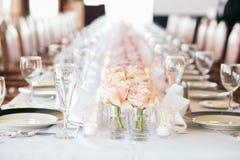 Ajuste extravagante da tabela Flores cor-de-rosa Foto de Stock Royalty Free