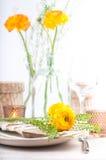 Ajuste festivo da tabela com flores Fotos de Stock Royalty Free