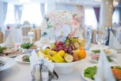 Ajuste festivo da tabela Decoração do casamento Tabela que ajusta in fine o estilo da arte Decoração da tabela Cerimônia de casam fotos de stock