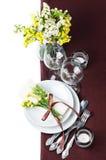 Ajuste festivo da tabela no marrom Fotos de Stock Royalty Free