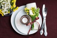 Ajuste festivo da tabela no marrom Fotografia de Stock Royalty Free
