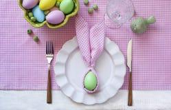 Ajuste festivo da tabela da Páscoa com coelhinho da Páscoa do guardanapo imagem de stock royalty free