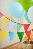 Ajuste festivo da tabela para o aniversário em decorações comemorativos Imagens de Stock