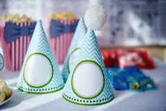 Ajuste festivo da tabela para o aniversário em decorações comemorativos Fotografia de Stock Royalty Free