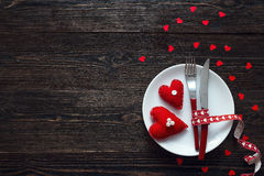 Ajuste festivo da tabela para o dia do ` s do Valentim com forquilha, faca e h Fotos de Stock Royalty Free
