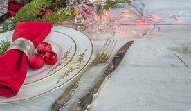 Ajuste festivo da tabela para o jantar de Natal/placas brancas, sesta vermelha fotos de stock royalty free