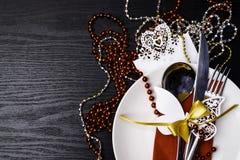 Ajuste festivo da tabela para o jantar do Natal ou do ano novo: forquilha do vintage, colher, faca no guardanapo vermelho e decor fotografia de stock royalty free