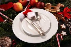 Ajuste festivo da tabela para o xmas com forquilha, faca, porcas e maçãs fotos de stock