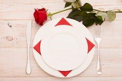 Ajuste festivo da tabela para Valentine Day Amor da palavra Bonito Fotografia de Stock Royalty Free