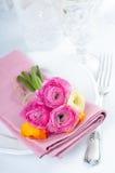 Ajuste festivo de la tabla con las flores Imagen de archivo libre de regalías