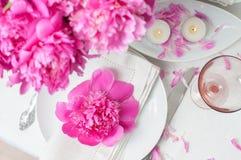 Ajuste festivo de la tabla con las peonías rosadas Foto de archivo