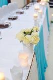 Ajuste festivo de la tabla con las rosas en colores brillantes Fotos de archivo libres de regalías