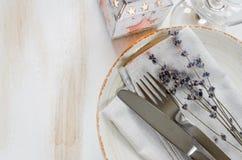 Ajuste festivo de la tabla con las velas y la lavanda Foto de archivo libre de regalías