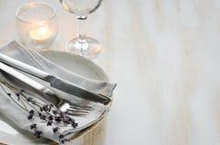Ajuste festivo de la tabla con las velas y la lavanda Imagen de archivo libre de regalías