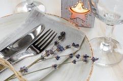 Ajuste festivo de la tabla con las velas y la lavanda Fotos de archivo libres de regalías