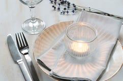 Ajuste festivo de la tabla con las velas y la lavanda Fotografía de archivo