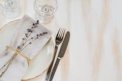 Ajuste festivo de la tabla con lavanda Foto de archivo libre de regalías