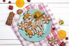 Ajuste festivo de la tabla con los cubiertos y el jengibre hecho en casa de la Navidad Foto de archivo libre de regalías