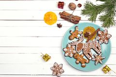 Ajuste festivo de la tabla con los cubiertos y el jengibre hecho en casa de la Navidad Fotografía de archivo