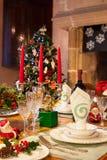Ajuste festivo de la tabla de cena de la Navidad en luz caliente Imagen de archivo libre de regalías