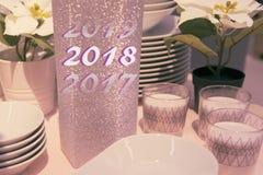 Ajuste festivo de la tabla del Año Nuevo con los platos Imagen de archivo