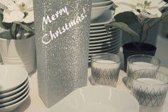 Ajuste festivo de la tabla del Año Nuevo con los platos Foto de archivo