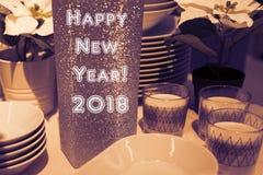 Ajuste festivo de la tabla del Año Nuevo con los platos Fotos de archivo