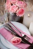 Ajuste festivo de la tabla del vintage con las rosas rosadas Imágenes de archivo libres de regalías