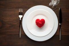 Ajuste festivo de la tabla para el día de tarjetas del día de San Valentín en la tabla de madera rústica Foto de archivo libre de regalías