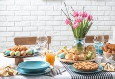 Ajuste festivo de la tabla de Pascua con la comida tradicional fotos de archivo