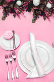 Ajuste festivo hermoso de la tabla Banquete Wedding Cubiertos, loza y caramelo en mantel rosado imágenes de archivo libres de regalías
