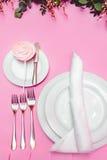 Ajuste festivo hermoso de la tabla Banquete Wedding Cubiertos, loza y caramelo en mantel rosado Copie el espacio fotos de archivo libres de regalías