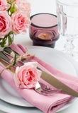 Ajuste festivo hermoso de la tabla con las rosas Imagen de archivo libre de regalías
