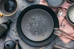 Ajuste festivo moderno de la tabla del partido de la endecha plana con la placa, la bifurcación, el cuchillo, y la caja de regalo Foto de archivo libre de regalías