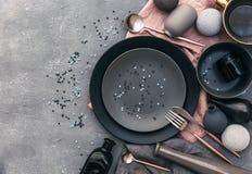 Ajuste festivo moderno de la tabla del partido de la endecha plana con la placa, la bifurcación, el cuchillo, y la caja de regalo Fotografía de archivo