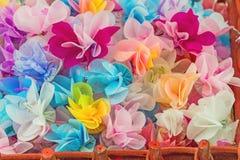 Ajuste a fita dobrada em uma flor O envoltório inventa à mão Eu trabalhei FO foto de stock