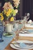 Ajuste formal da tabela para o almoço ou jantar com centrepiec das flores Imagens de Stock