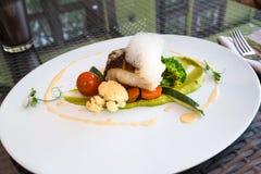 Ajuste gastrónomo del restaurante de la placa del zander de los pescados Imagen de archivo libre de regalías