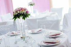 Ajuste hermoso de la boda con el ramo Foto de archivo libre de regalías
