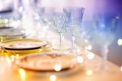 Ajuste hermoso de la tabla con la loza para el partido, la recepción nupcial o el otro evento festivo imagenes de archivo