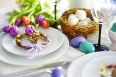 Ajuste hermoso de la tabla con loza y flores para la celebración de Pascua foto de archivo