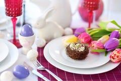 Ajuste hermoso de la tabla con loza y flores para la celebración de Pascua imagenes de archivo