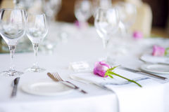 Ajuste hermoso de la tabla con loza y flores para el partido, la recepción nupcial o el otro evento festivo foto de archivo libre de regalías