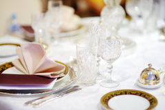 Ajuste hermoso de la tabla con loza y flores para el partido, la recepción nupcial o el otro evento festivo fotografía de archivo