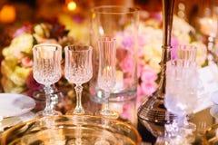 Ajuste hermoso de la tabla con loza y flores para el partido, la recepción nupcial o el otro evento festivo imágenes de archivo libres de regalías