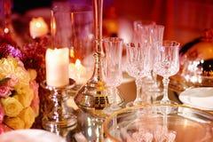 Ajuste hermoso de la tabla con loza y flores para el partido, la recepción nupcial o el otro evento festivo foto de archivo