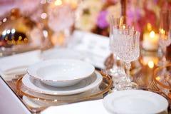 Ajuste hermoso de la tabla con loza y flores para el partido, la recepción nupcial o el otro evento festivo imagen de archivo