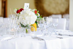 Ajuste hermoso de la tabla con loza y flores para el partido, la recepción nupcial o el otro evento festivo fotografía de archivo libre de regalías