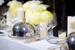 Ajuste hermoso de la tabla con loza y flores para el partido, la recepción nupcial o el otro evento festivo fotos de archivo libres de regalías