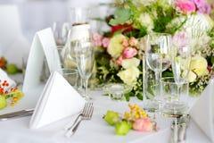 Ajuste hermoso de la tabla con loza y flores para el partido, la recepción nupcial o el otro evento festivo imagenes de archivo